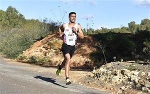 Anass Bourass en el descenso de la carrera.