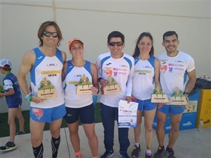 Cinco miembros del CAI con su trofeo.